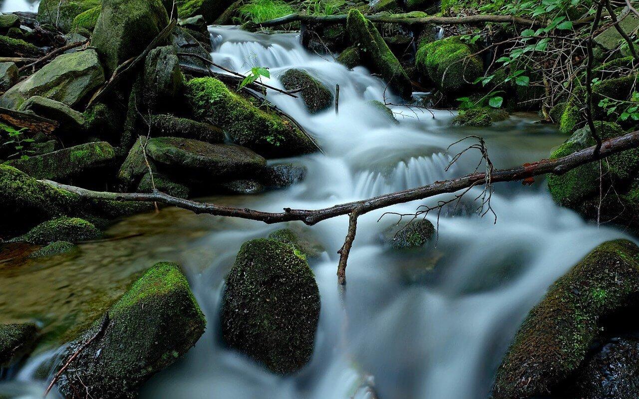 photo de cascade avec avant plan intéressant