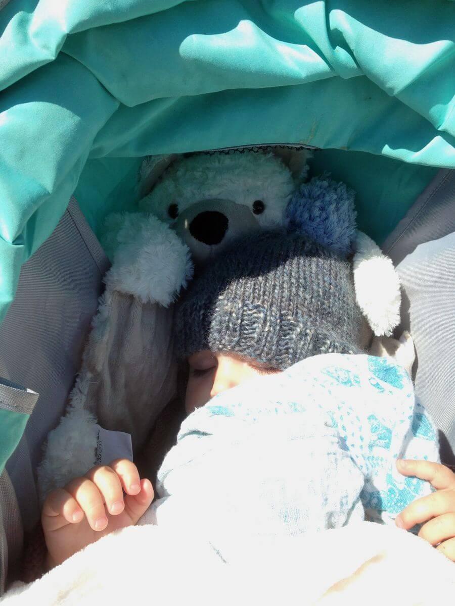 la poussette avec bébé en voyage