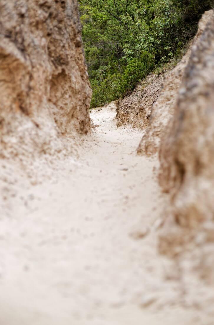 sentier sableux mourèze