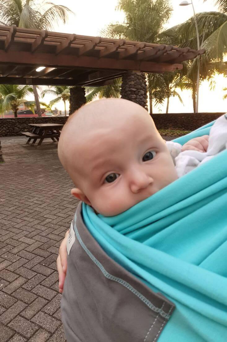 prendre son bébé dans une écharpe