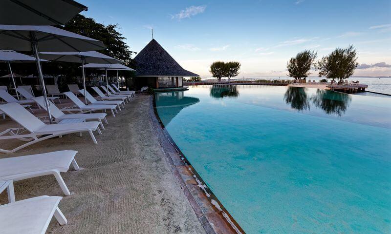 Plage de la piscine du Manava Resort Tahiti